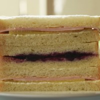 ピクルスとハムのサンドイッチ