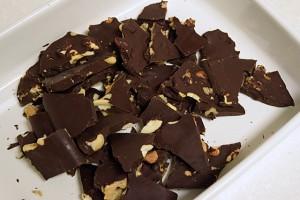 ナッツ入りローチョコレート