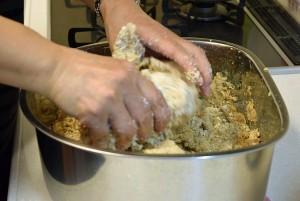 みそ教室 大豆と塩麹を混ぜる