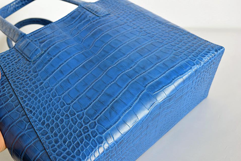 青いクロコ型押しハンドバッグ