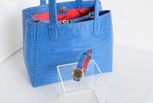 青いクロコ型押しハンドバッグと時計