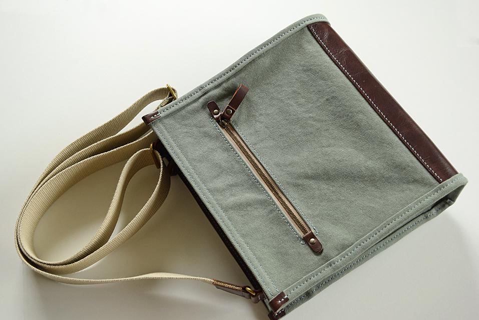 メンズ 帆布と革のショルダーバッグ 外ポケット